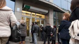 GRA037. DOS HERMANAS (SEVILLA), 24/01/2013.- Numerosas personas esperan a las puertas de una oficina de empleo en la localidad sevillana de Dos Hermanas, hoy, jueves 24 de enero de 2013, cuando el Instituto Nacional de Estadística (INE), ha difundido la Encuesta de Población Activa (EPA) que señala que en Andalucía el número de parados llegó a 1.442.600 a cierre de 2012, situando la tasa en el 35,86% de la población activa. EFE/Raúl Caro